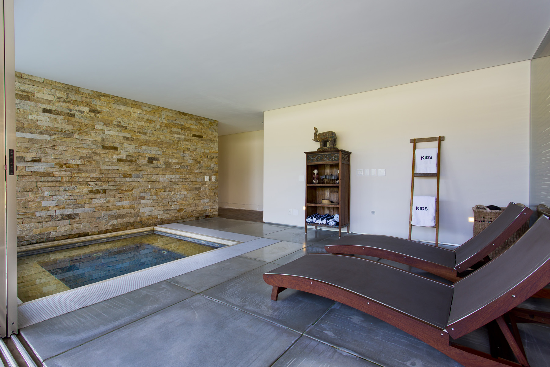 House for sale in Mangaratiba with swimming pool, sauna and private peer